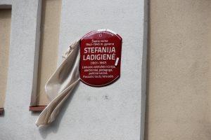 Memorialinė lenta pedagogei, Lietuvos valstybės kūrėjai Stefanijai Ladigienei. 2021 07 07. Nuotr. Mindaugo Masaičio